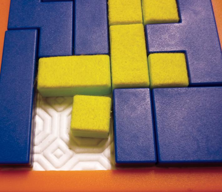 Pour le jeu Square by square les pièces bleues sont laissées lisses. Une matière est collées sur les pièces jaunes, permettant ainsi de les reconnaître au toucher. Une autre surface texturée est placée au fond pour éviter que les pièces s'éparpillent.